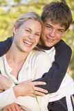 Mujer y muchacho joven que abrazan al aire libre y que sonríen imágenes de archivo libres de regalías