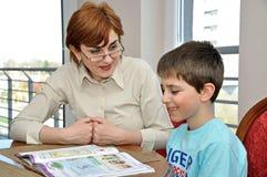 Mujer y muchacho que hacen la preparación Imagen de archivo libre de regalías