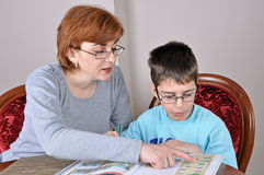 Mujer y muchacho que hacen la preparación Foto de archivo