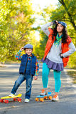 Mujer y muchacho sonrientes que se colocan en el plástico del color Fotos de archivo libres de regalías
