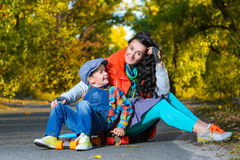 Mujer y muchacho sonrientes que se sientan en el plástico del color Imagenes de archivo