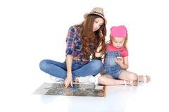 Mujer y niña con el mapa imagenes de archivo