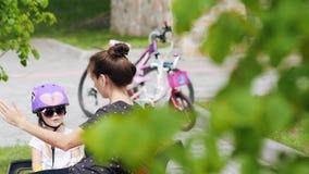 Mujer y niña después del paseo de la bici almacen de video