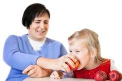 Mujer y niña maduras felices con las manzanas fotografía de archivo libre de regalías
