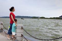 Mujer y niño Foto de archivo