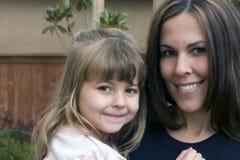 Mujer y niño bonitos imagen de archivo libre de regalías