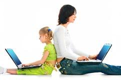 Mujer y niño con la computadora portátil Imágenes de archivo libres de regalías