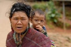 Mujer y niño de la tribu de la colina fotos de archivo