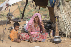 Mujer y niño en asistido el camello anual Mela de Pushkar La India Imagenes de archivo