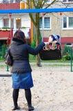 Mujer y niño en el oscilación Foto de archivo libre de regalías