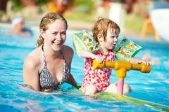 Mujer y niño en piscina foto de archivo