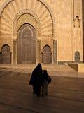 Mujer y niño por la puerta adornada de la mezquita Imagen de archivo libre de regalías