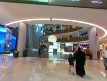 Mujer y niño que caminan hacia la fuente de Dubai en la alameda de Dubai, UAE - la alameda más grande del mundo imágenes de archivo libres de regalías