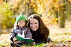 Mujer y niño que se divierten Imagen de archivo libre de regalías