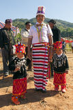 Mujer y niños chinos de Jingpo Fotos de archivo libres de regalías