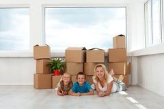 Mujer y niños felices en su nuevo hogar Foto de archivo libre de regalías