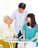 Mujer y niños mayores asiáticos Foto de archivo