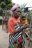 Mujer y nietos enanos de Batwa en Burundi Imagenes de archivo