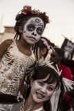 Mujer y niño en Dia De Los Muertos Makeup Imágenes de archivo libres de regalías