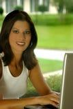 Mujer y ordenador imagen de archivo
