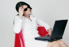 Mujer y ordenador portátil Fotografía de archivo libre de regalías