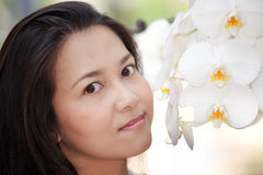 Mujer y orquídea blanca Fotos de archivo libres de regalías