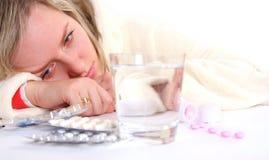 Mujer y píldoras enfermas Imagen de archivo
