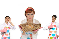 Mujer y pan de cocinar hermosos del chiabatta imagen de archivo
