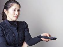Mujer y panel de control TV Imagen de archivo