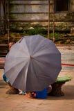 Mujer y paraguas nepaleses, Katmandu, Nepal Fotos de archivo libres de regalías