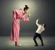 Mujer y pequeño hombre Foto de archivo libre de regalías