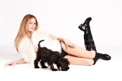 Mujer y perrito Foto de archivo libre de regalías