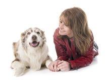 Mujer y perro fotografía de archivo