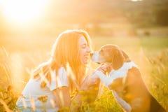 Mujer y perro Foto de archivo libre de regalías