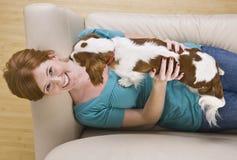 Mujer y perro atractivos. Foto de archivo