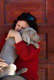 Mujer y perro del weimaraner Fotografía de archivo libre de regalías
