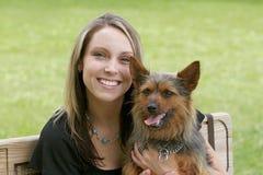 Mujer y perro en el parque Foto de archivo