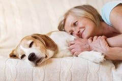 Mujer y perro mayores Fotografía de archivo libre de regalías