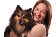 Mujer y perro peludo Fotografía de archivo