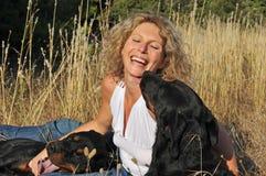 Mujer y perros de risa Foto de archivo libre de regalías