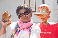 Mujer y Pinocchio fotos de archivo libres de regalías