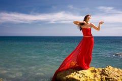 Mujer y playa del mar fotografía de archivo libre de regalías