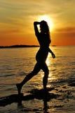 Mujer y puesta del sol Fotos de archivo libres de regalías
