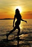 Mujer y puesta del sol Foto de archivo