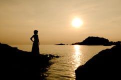 Mujer y puesta del sol Imagen de archivo