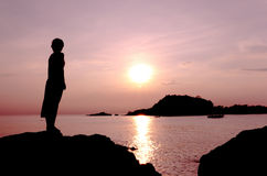 Mujer y puesta del sol Imágenes de archivo libres de regalías
