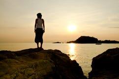 Mujer y puesta del sol Fotografía de archivo