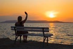 Mujer y puesta del sol Foto de archivo libre de regalías
