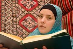 Mujer y Quran del Islam imagenes de archivo