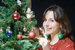 Mujer y árbol de navidad Fotografía de archivo libre de regalías